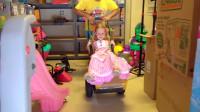 儿童游戏:小萝莉和爸爸一起跑进大气球里面玩耍