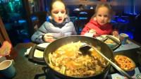 老外在中国:俄罗斯人一家来中国尝中国菜这是人生第一次吃青蛙