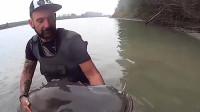 印度鲶鱼有多恐怖?男子往河里扔了几片小面包,瞬间黑呼呼的一片!