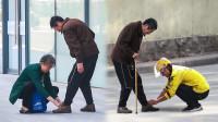 社会实验:当路人在街头看到他后,有人主动弯下腰……