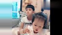 两岁小萝莉亲手喂哥哥吃饺子,哥哥这么敷衍,最后还不是得宠着