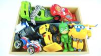 展示玩具盒里的小赛车小动物等玩具