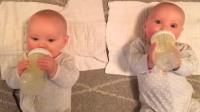 双胞胎宝宝互为玩具,玩得可开心了,妈妈看着都想笑