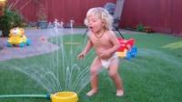 熊孩子玩水,嘚瑟过头,结果出丑了