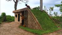原始技术,两兄弟野外搭建泥巴小屋,造型别致冬暖夏凉!