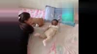 小萝莉教宝宝翻身,当小萝莉翻过去后,宝宝也跟着学了起来!网友:这招数有用哦