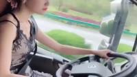 女卡车司机开车就是猛,高速连超两车,这技术一看就是老司机