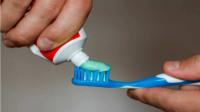 你脸上长斑显老又难看,一支牙膏配上它,睡前涂涂,肌肤白皙光滑
