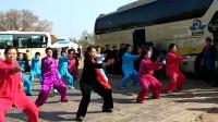 视频录制 萱子;通辽市老年大学健身气功班在乌旦塔拉为游客表演'健身气功八段锦'