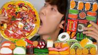 """大胃王吃超流行的""""寿司披萨橡皮糖"""",大口吃得太满足"""