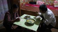 农村夫妻给玉米打叉,晚上妈妈做鱼改善伙食,两人吃得真香