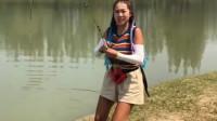 美女钓中大鱼,急得直喊,网友:这大哥太坏了!