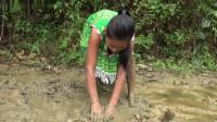 农家小妹在山中泥坑里逮鱼,发现泥下的黄鳝鱼,弄脏了裙子也得逮住