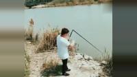 渔民捕鱼:这得多大的鱼?鱼竿都被拽断了,真是少见的一幕!