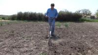 """45岁大叔发明""""手推式""""耕地机,不用油不用电,一天能耕耘6亩地"""