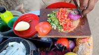 印度街头小吃,辛勤工作印度男孩,卖美味的印度传统美食