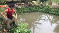水面看着很小,健壮美女一网撒下去,鱼获都很难提得动!