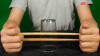 魔术教学:筷子在杯子上瞬间消失,障眼法?学会后你也能做到!