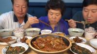 韩国农村家庭的一餐:苏子叶泡菜+海带汤+青花鱼,一家人吃得真香