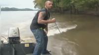 渔民捕鱼:这河里的鱼像窜天猴一样,下一秒男子惨被击中