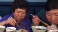韩国农村家庭的一顿饭,萝卜炖鱼和凉拌菜,一家三口吃得美滋滋