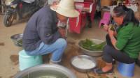 农村小伙回老家碰到村里人包粽子,进屋后一起包,自己动手丰衣足食