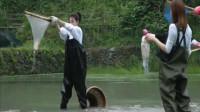 向往的生活3:宋茜王丽坤集体围堵捕到鱼兴奋得像个孩子,可以抬头挺胸回家了!