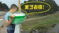 老外做实验,把200斤干冰倒进河里,好像开锅了!