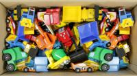 整理了一整箱的玩具车看看它们都出自哪儿有什么颜色