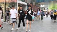 街拍美女,永远穿不腻的黑色露肩装,简约不失性感