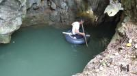 """大鱼游上水面""""挑衅""""!小伙划轮胎进入洞穴查看如何放排钓捕捉!"""