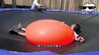 老外作死躺在一吨重的水气球下,扎破的瞬间,场面彻底失控!