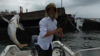 """""""小池号""""快艇出海钓鱼,10艘小艇围着一艘烂船狂钓,小池钓到20斤鱼"""