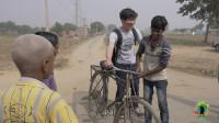 印度乡村,自行车的造型有点复古,中国小哥试了一圈,全村围观