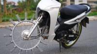 越南小伙用弹簧当摩托车车轮,上路还能跑起来!再也不怕被扎胎了