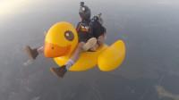 骑着小黄鸭跳伞会怎样?老外亲测,隔着屏幕都担心他的安危!