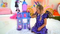萌娃小可爱们的玩具可真是有趣呢!两个小家伙玩的可真开心呀!