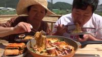 韩国普通家庭的一顿饭,鱿鱼海鲜泡面,一次能吃一大锅