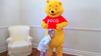 小熊的肚子不舒服,萌娃小可爱赶忙前去帮助它,萌娃:助人为快乐之本!