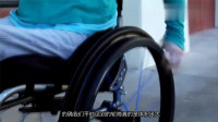 新型电动轮椅,有50个轮子,能实现全方位转弯,还能手机操控