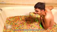 老外亲测,把10000颗果脆圈用来泡澡,皮肤是否会变得光滑?