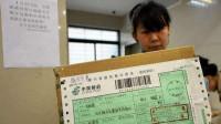 下跪快递员伪造邮政包裹 中国邮政:该行为涉嫌欺诈
