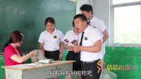同学们上课偷吃辣条,没想老师发现后和学生们抢着吃,太搞笑了