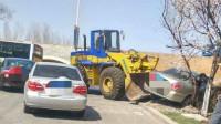 轿车挖掘机两两相遇,轿车司机很拽下车打人,没想到铲车司机不好惹