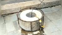 独行客于昆明真庆观中发现口古井,曾经从井中捞出千斤铜钱