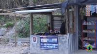 老挝农村的加油站,这条件有点吓人!当地油价,多少钱一升?