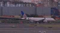 美国一载166人客机降落时爆胎 造成大量航班延迟