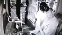 海口一电动车主冲上公交殴打司机 抢夺方向盘致车辆撞绿化带