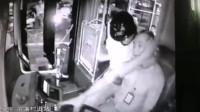 怒!男子冲上公交勒司机脖子致车撞上绿化带 警方:将被刑拘