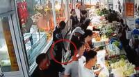 男子菜市场弯腰拍摄女性裙底:将箱包开洞藏手机摄像头